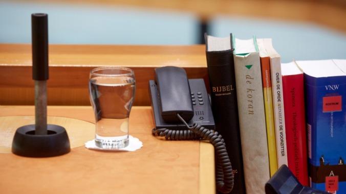 boeken op de voorzitterstafel